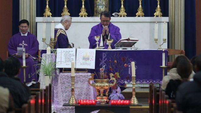 Đức Cha Simon Nguyen chủ trì buổi lễ cầu nguyện cho các nạn nhân. Ảnh: PA MEDIA