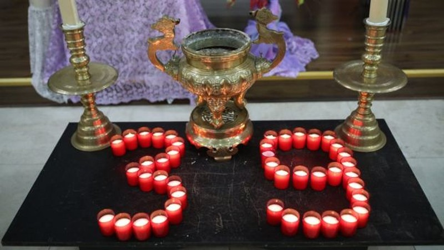Các ngọn nến được xếp thành hình con số 39, tượng trưng cho 39 nạn nhân người Việt đã thiệt mạng tại Anh. Ảnh: PA MEDIA