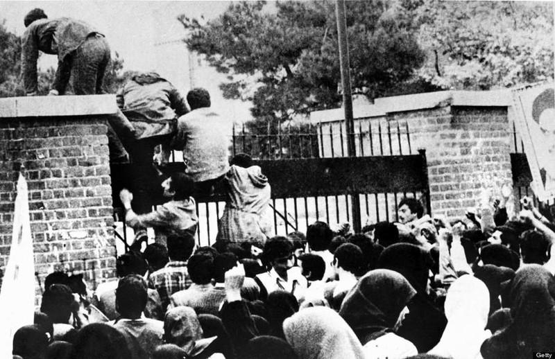 Sinh viên Iran leo rào vào chiếm đại sứ quán Mỹ ở Tehran (Iran) ngày 4-11-1979. Ảnh: AFP