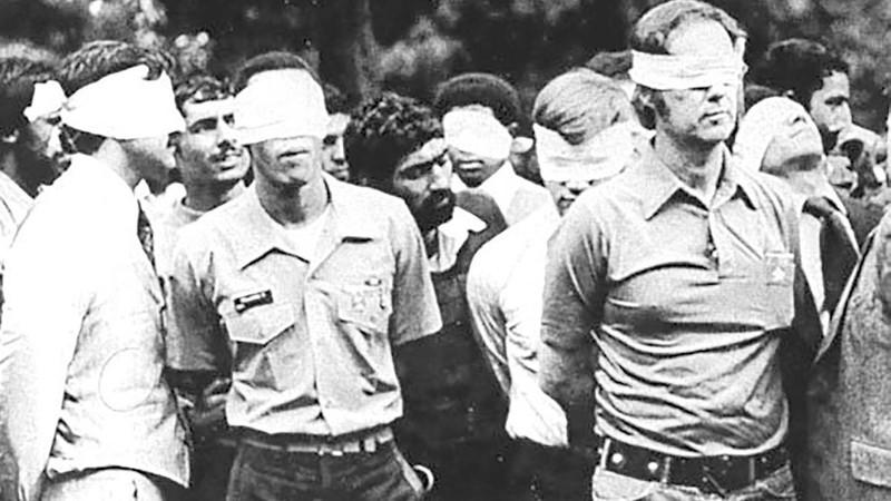 Các con tin Mỹ bị bắt và bịt mắt bên ngoài đại sứ quán Mỹ ở Tehran (Iran) năm 1979. Ảnh: REUTERS