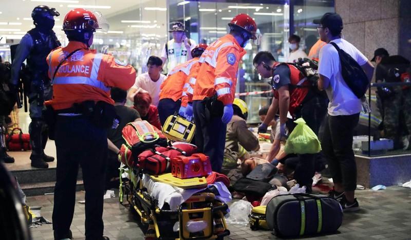 Cấp cứu người bị thương. Ảnh: SCMP