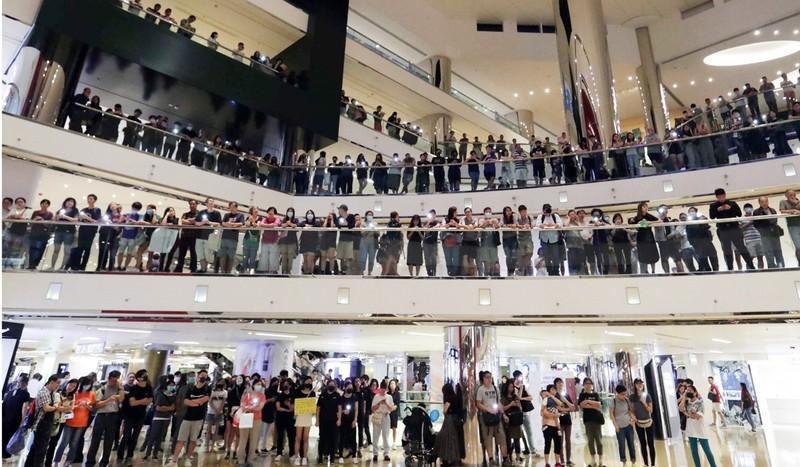 Người biểu tình tập trung ở một trung tâm mua sắm. Ảnh: SCMP