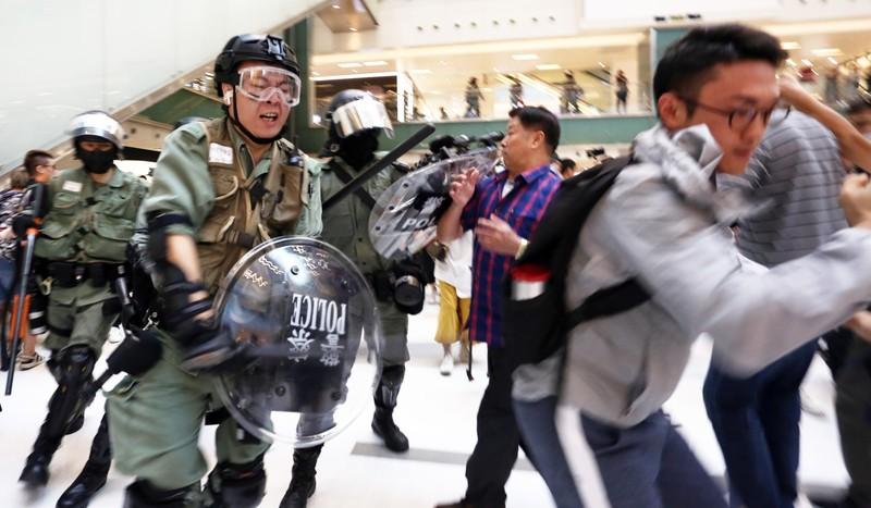 Phần lớn cảnh sát được triển khai ở các trung tâm mua sắm và các trạm tàu điện. Ảnh: SCMP