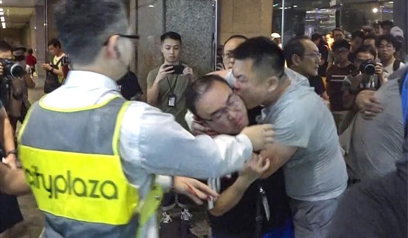 Kẻ tấn công cắn tai của ông Andrew Chiu. Ảnh: SCMP