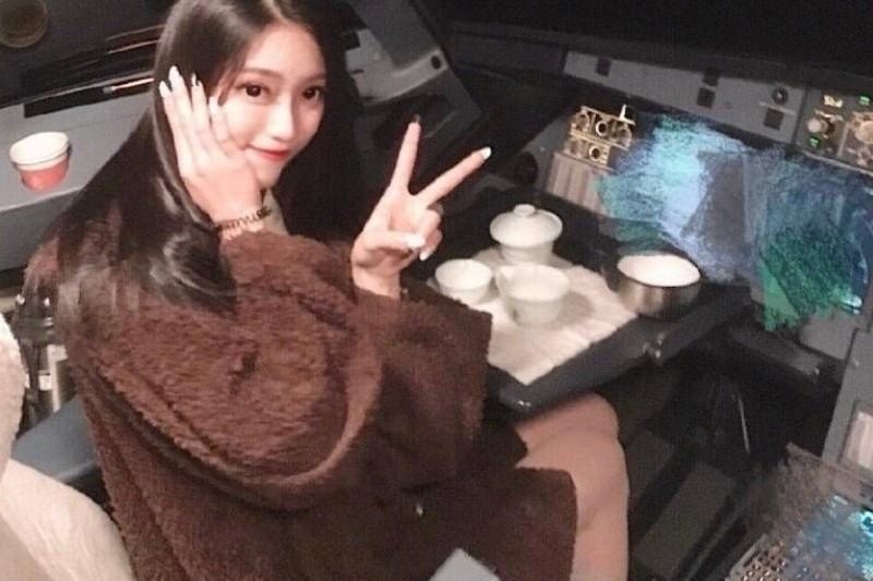 Bức ảnh nữ sinh viên Chen Yuying trong buồng lái máy bay được lan truyền trên mạng xã hội. Ảnh: WEIBO