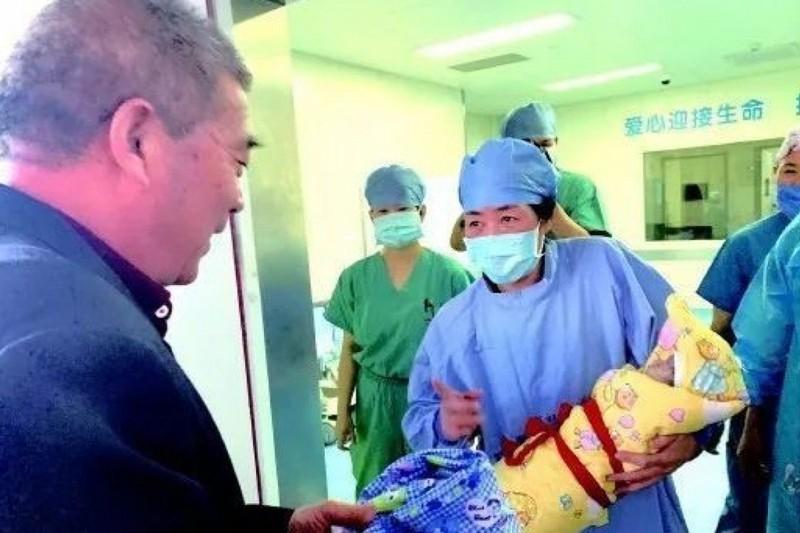 Bà Tian – người mẹ sinh con ở tuổi lớn nhất Trung Quốc – và chồng là ông Huang Weiping khả năng lớn sẽ bị phạt vì sinh đứa con thứ ba Tianci. Ảnh: SCMP
