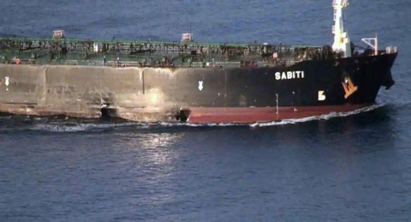 Tàu dầu Sabiti của Iran bị hư hại và đang di chuyển trên biển Đỏ ngày 13-10. Ảnh: REUTERS