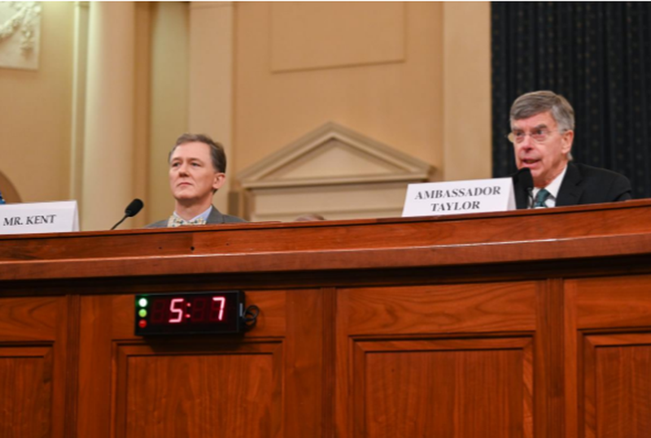 Quyền đại sứ Mỹ tại Ukraine William Taylor (phải) và Phó Trợ lý Ngoại trưởng Mỹ George Kent (trái) đến cung cấp lời khai tại phiên điều trần công khai đầu tiên về cuộc điều tra luận tội ông Trump, ngày 13-11. Ảnh: REUTERS