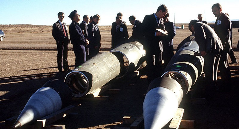 Các nhà thanh tra vũ khí Liên bang Xô viết và Mỹ quan sát tên lửa Pershing II đã bị vô hiệu hóa. Ảnh: CCO