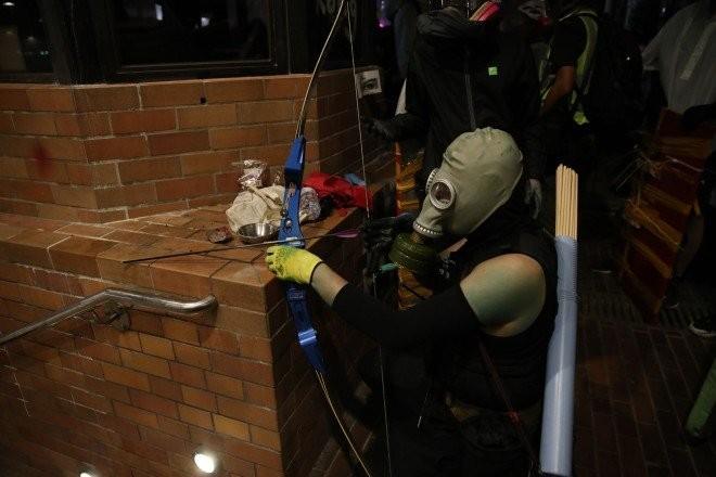 Người biểu tình sử dung cung tên. Ảnh: SCMP