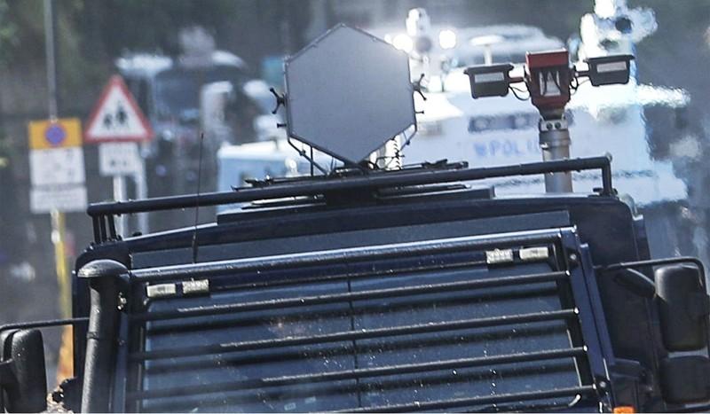 Thiết bị phát âm thanh tầm xa được gắn trên nóc xe bọc thép Unimog. Ảnh: SCMP
