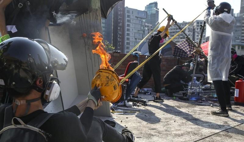 Người biểu tình trong trường dùng ná bắn bom xăng vào cảnh sát. Ảnh: SCMP