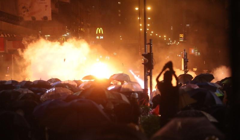 Xung đột vẫn tiếp diễn tới tận khuya qua. Ảnh: SCMP