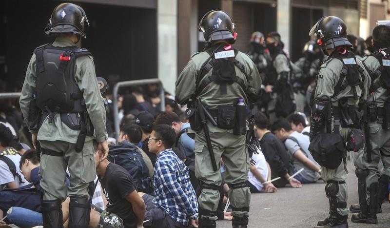 Cảnh sát bắt hơn 400 người biểu tình trong 2 ngày 17 và 18-11 nhưng tính đến sáng nay 19-11 vẫn còn khoảng 100 người biểu tình cố thủ bên trong trường đại học Bách Khoa. Ảnh: SCMP
