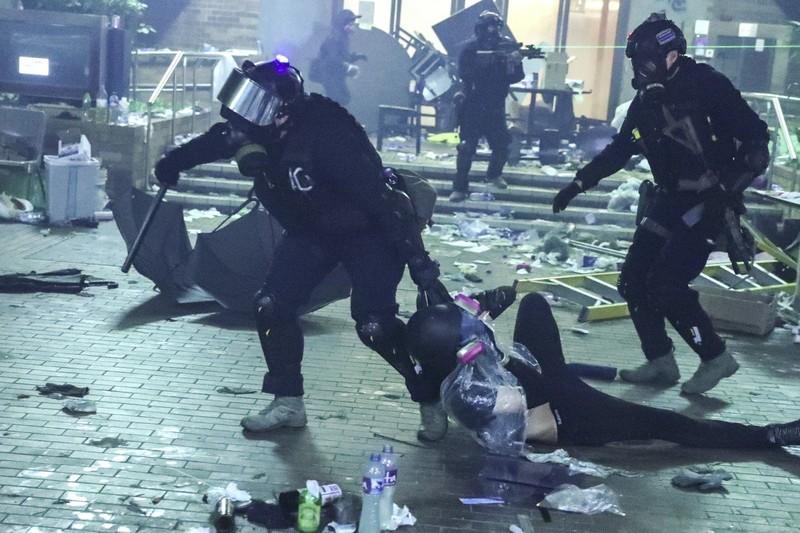 Hong Kong: Còn khoảng 300 người kẹt trong trường đại học  - ảnh 2