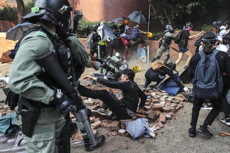 Một người biểu tình bị bắt tại trường đại học Bách Khoa ngày 18-11. Ảnh: SCMP