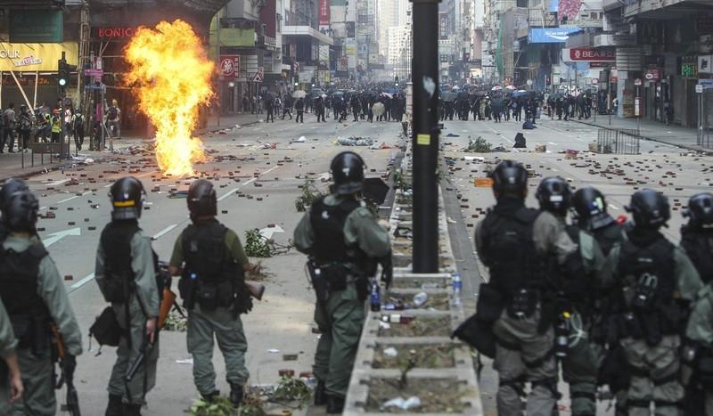 Người biểu tình và cảnh sát đối đầu nhau trên đường Nathan gần khu vực trường đại học Bách Khoa, khuya 18-11. Ảnh: SCMP