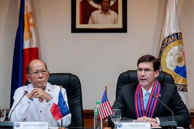 Bộ trưởng Quốc phòng Mỹ Mark Esper (phải) và Bộ trưởng Quốc phòng Philippines Delfin Lorenzana. Ảnh: REUTERS