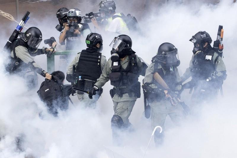 Cảnh sát bắt giữ sinh viên tham gia biểu tình tại trường đại học Bách Khoa ở Hong Kong ngày 18-11. Ảnh: AP