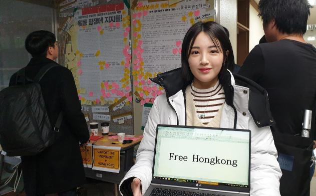 Một nữ sinh viên tên Kang Min-seo ủng hộ người biểu tình Hong Kong, tại một trường đại học ở Seoul. Ảnh: REUTERS
