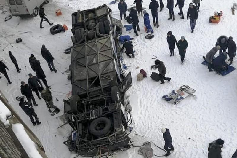 Hiện trường tai nạn xe buýt rơi xuống sông băng Kuenga khiến 19 người trên xe chết thảm. Ảnh: AP