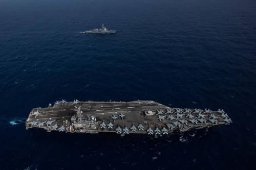 Tàu sân bay USS Ronald Reagan của Hải quân Mỹ di chuyển cạnh tàu khu trục tên lửa Myoko của Lực lượng Phòng vệ Hàng hải Nhật ở biển Philippines ngày 15-8. Ảnh: US NAVY