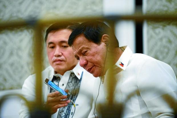 """Tổng thống Philippines Rodrigo Duterte (phải) cho biết Trung Quốc đề nghị được tặng ông một chiếc điện thoại di động """"không thể bị hack"""". Ảnh: MALACANANG"""