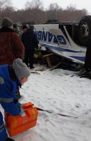 Xe buýt lọt cầu rơi xuống sông băng, 19 người chết thảm - ảnh 3