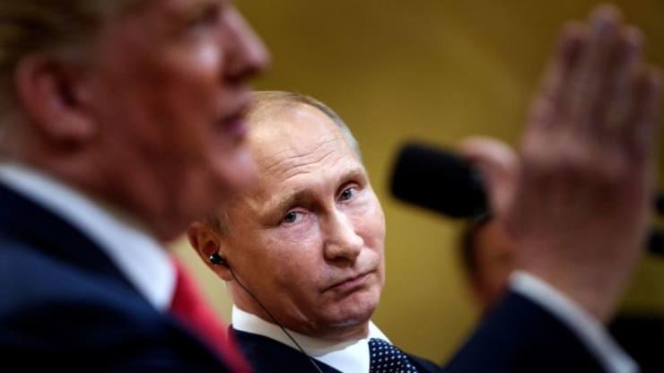 Tổng thống Nga Vladimir Putin (trái) và Tổng thống Mỹ Donald Trump trong lần gặp nhau tạo Phần Lan. Ảnh: AFP