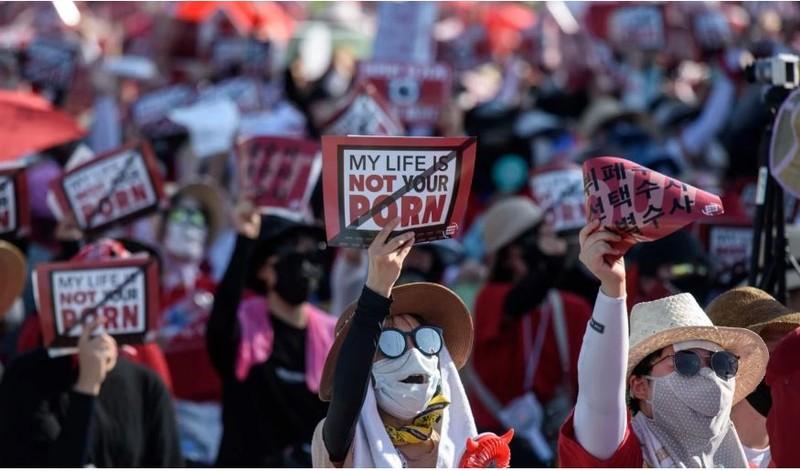 Phụ nữ Hàn Quốc biểu tình phản đối tình trạng đàn ông lén quay phim khi quan hệ tình dục với họ sau đó phát tán cho người khác xem. Ảnh: AFP