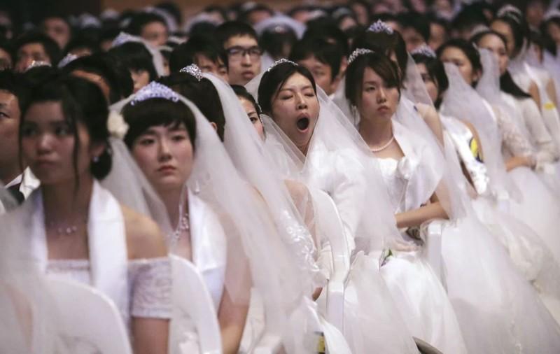 Các cô dâu trong một lễ cưới tập thể ở Hàn Quốc. Ảnh: AP