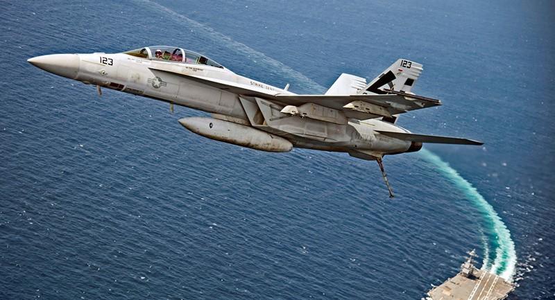 Máy bay chiến đấu F/A-18F Super Hornet bay trên tàu sân bay USS Gerald R. Ford của Mỹ trên Đại Tây Dương. Ảnh: REUTERS