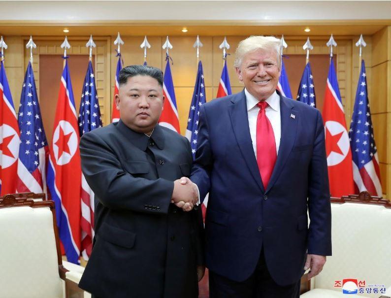 Tổng thống Mỹ Donald Trump (phải) và lãnh đạo Triều Tiên Kim Jong-un (trái) gặp nhau tại làng Bàn Môn Điếm ngày 30-6. Ảnh: REUTERS