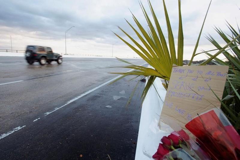 Thông điệp chia buồn được gắn tại cổng vào căn cứ hải quân Pensacola sau vụ xả súng sáng 6-12 làm 3 người chết 9 người bị thương. Ảnh: REUTERS
