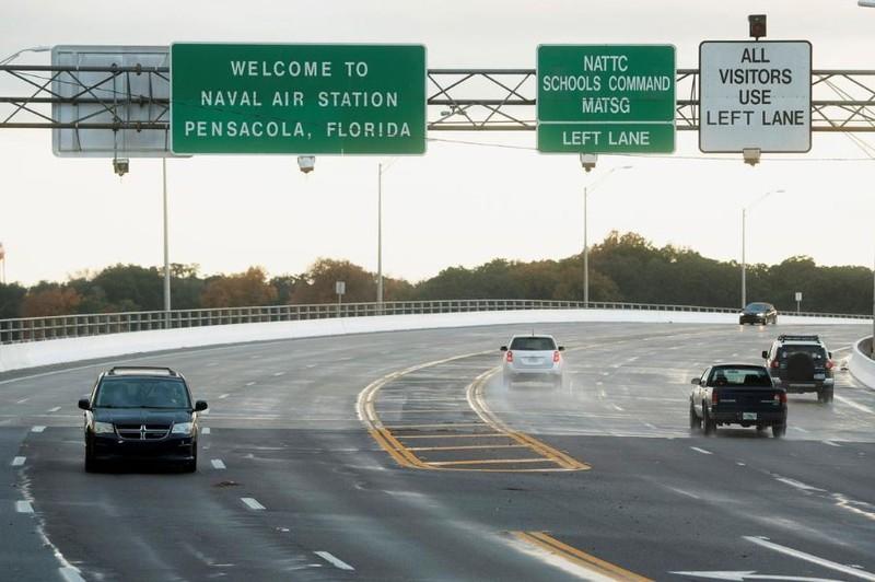 Giao thông tại căn cứ hải quân Pensacola bị hạn chế sau vụ xả súng. Ảnh: REUTERS