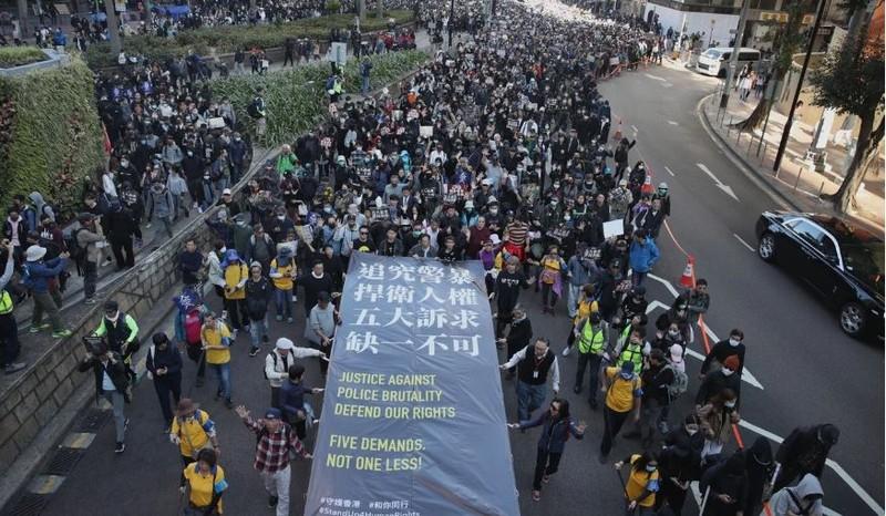 Người biểu tình bắt đầu di chuyển từ công viên Victoria lúc 3 giờ 15. Ảnh: SCMP