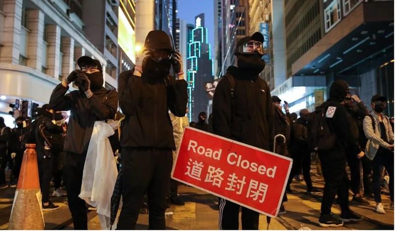 Người biểu tình phong tỏa đường Des Voeux ngày 8-12. Ảnh: SCMP