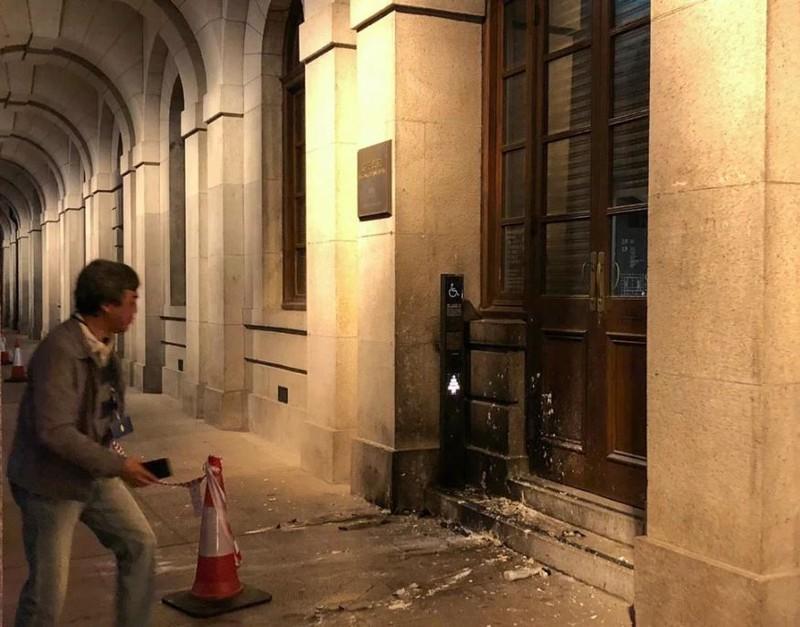 Trụ sở một tòa án bị ném bom xăng. Ảnh: SCMP