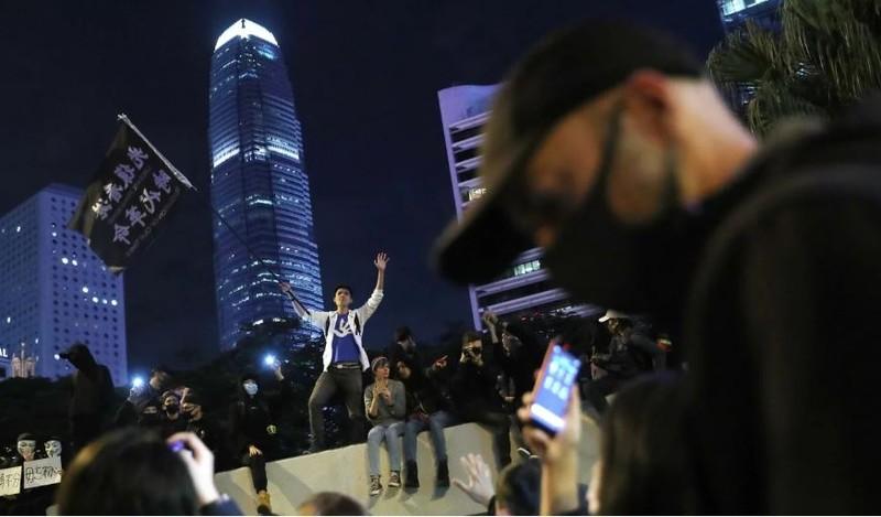 Người biểu tình trên đường phố Hong Kong ngày 8-12. Ảnh: SCMP