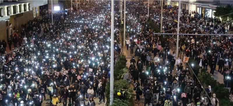 Ước tính khoảng 800.000 người xuống đường biểu tình ở Hong Kong ngày 8-12, kỷ niệm đợt biểu tình kéo dài nửa năm. Ảnh: SCMP