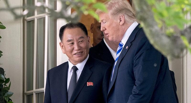 Phó Chủ tịch đảng Lao động Triều Tiên Kim Yong-chol (trái) gặp Tổng thống Mỹ Donald Trump (phải) tại Nhà Trắng trong một lần đến Mỹ liên quan cuộc đàm phán hạt nhân. Ảnh: SPUTNIK