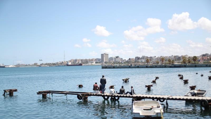 Bờ biển Địa Trung Hải ở Tripoli (Lybia). Ảnh: REUTERS