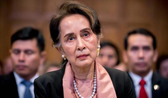 Bà Aung San Suu Kyi tham gia điều trần tại Tòa án Công lý Quốc tế LHQ ở The Hague (Hà Lan) ngày 10-12, liên quan vấn đề người Hồi giáo Rohingya. Ảnh: AFP