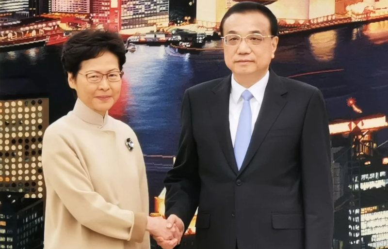 Lãnh đạo Đặc khu Hong Kong Lâm Trịnh Nguyệt Nga (trái) gặp Thủ tướng Trung Quốc Lý Khắc Cường tại Bắc Kinh ngày 16-12. Ảnh: HONG KONG COMMERCIAL DAILY