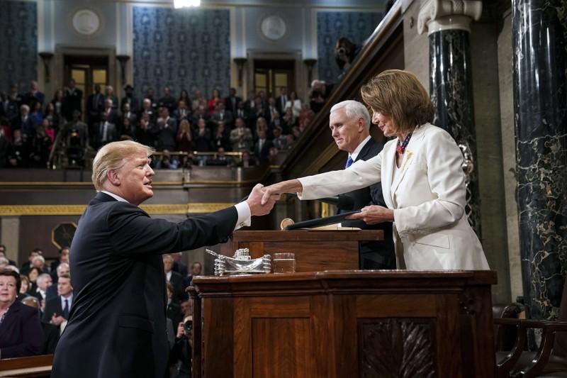 Chủ tịch Hạ viện Nancy Pelosi bắt tay Tổng thống Mỹ Donald Trump thời điểm ông đến trụ sở Quốc hội phát biểu Thông điệp Liên bang hồi tháng 2-2019. Ảnh: AP
