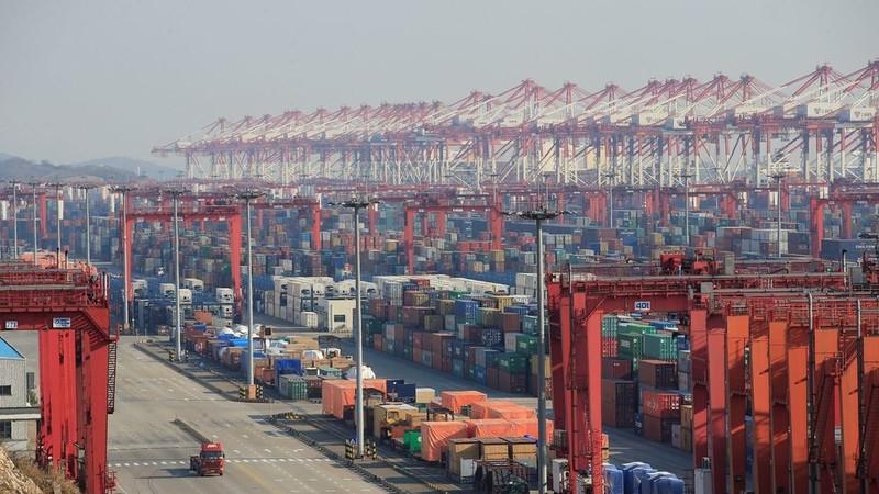 Các thùng hàng tại cảng nước sâu Dương Sơn ở Thượng Hải (Trung Quốc). Ảnh: REUTERS