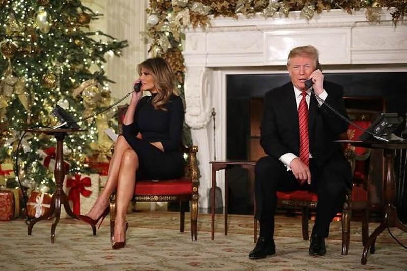 """Tổng thống Mỹ Donald Trump (phải) nói ông """"vẫn đang nghiên cứu"""" quà tặng vợ (trái), thời điểm chỉ còn chưa tới 24 giờ nữa là tới lễ Giáng sinh. Ảnh: GETTY IMAGES"""