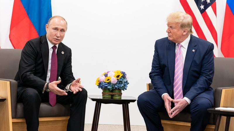 """Cuối năm, Tổng thống Nga Vladimir Putin (trái) vừa có cuộc điện đàm bất ngờ với Tổng thống Mỹ Donald Trump (phải), bàn về """"một loạt vấn đề quan tâm chung"""". Ảnh: REUTERS"""