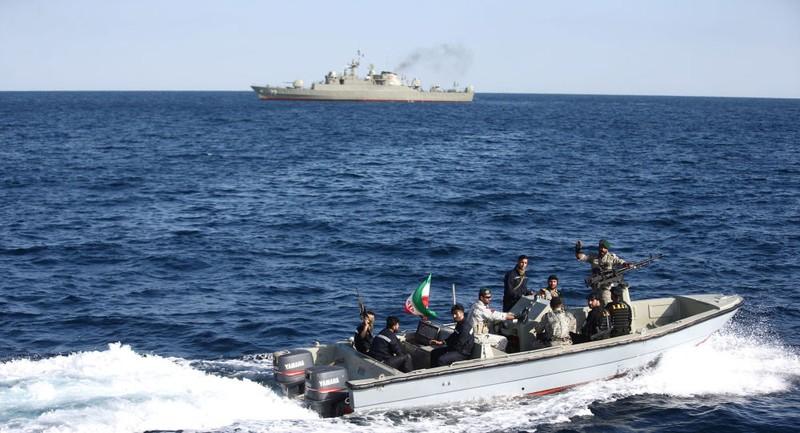 Lính thủy Iran trên một xuồng cao tốc ở biển Oman trong ngày tập trận chung thứ ba Iran-Nga-Trung Quốc. Ảnh: REUTERS