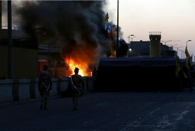 Trụ sở đại sứ quán Mỹ ở Baghdad (Iraq) bị phóng hỏa ngày 31-12. Ảnh: REUTERS